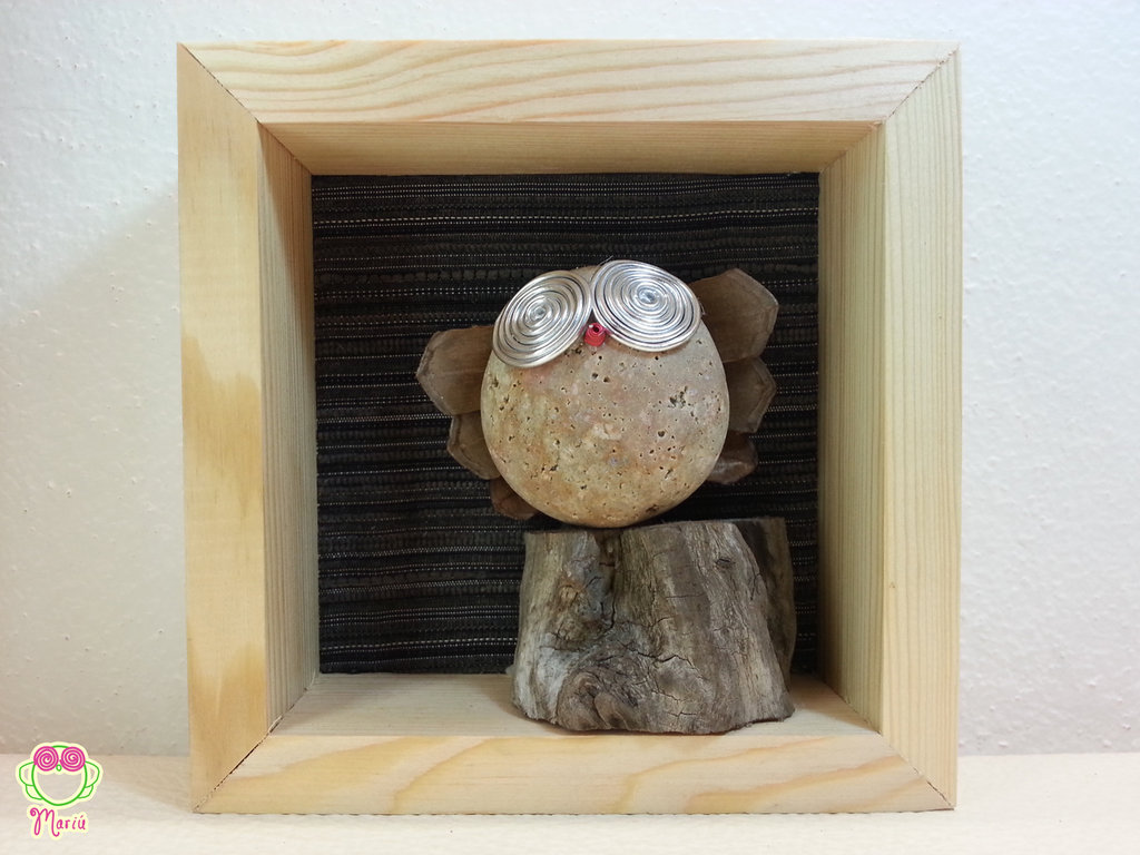 """Pebble art - Decorazione per camerette dei bambini - Owl wall art - Quadro 3d """"Gufo rosa sul tronco di un'albero"""""""