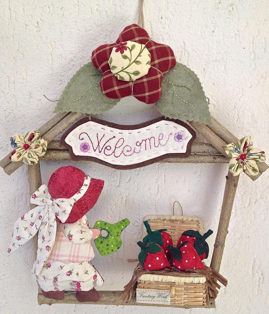 Ghirlanda casetta in legno con decorazioni in tessuto di for Decorazioni natalizie in legno da appendere
