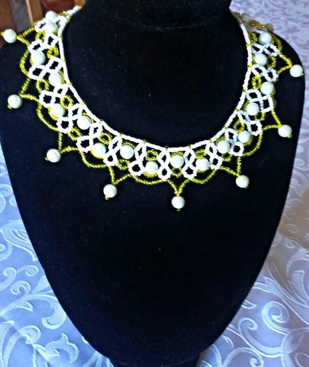 girocollo lavorato a mano con perle acriliche e perline di vetro