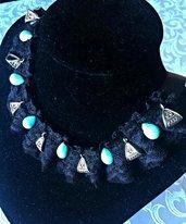 collana in pizzo con gocce turchese ed elementi in argento tibetano