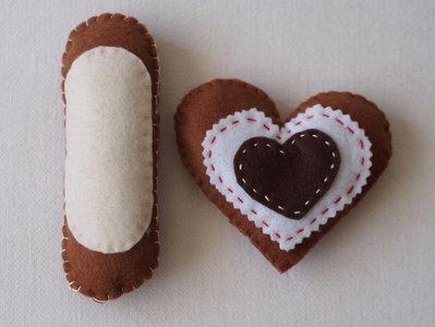 PASTICCINI fatti con il CUORE! 2 pezzi (Biscotto a forma di CUORE in feltro ) & ECLAIR (BIANCO) .Realizzati a mano