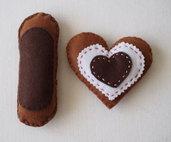 PASTICCINI fatti con il CUORE! 2 pezzi (Biscotto a forma di CUORE in feltro ) & ECLAIR (CACAO) .Realizzati a mano