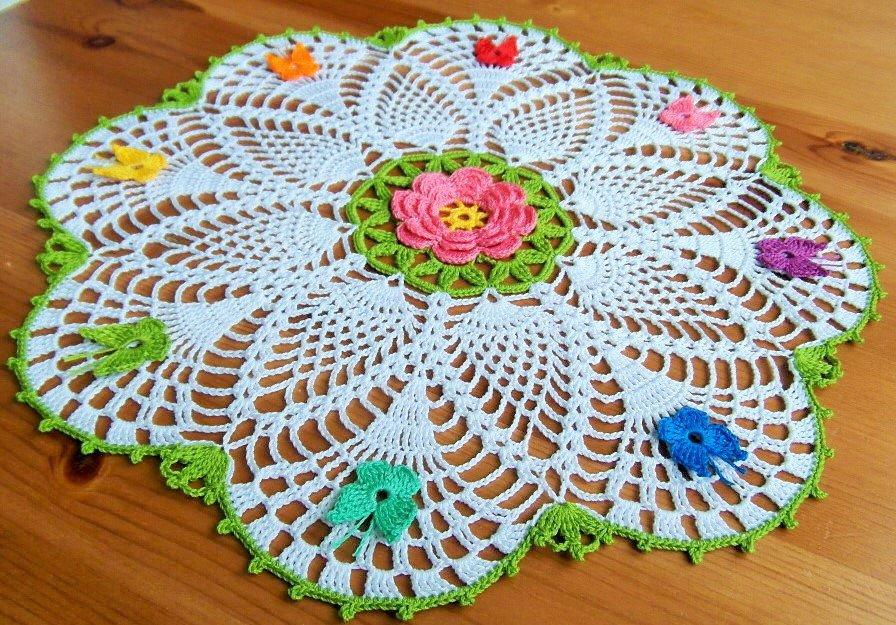 Centrino Alluncinetto Decorato Con Fiore E Un Arcobaleno Di Farfal