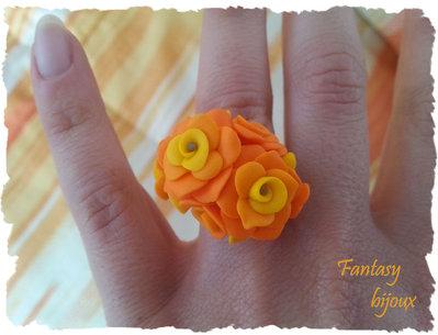 """Anello """"Primavera"""" con rose arancioni in fimo fatto a mano."""