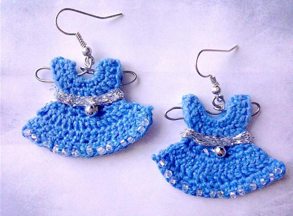 Orecchini mini vestitini azzurri alla moda su gruccia, fatti a mano all'uncinetto