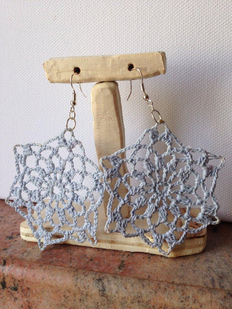Orecchini pendenti in filo di cotone celeste chiaro fatti a mano