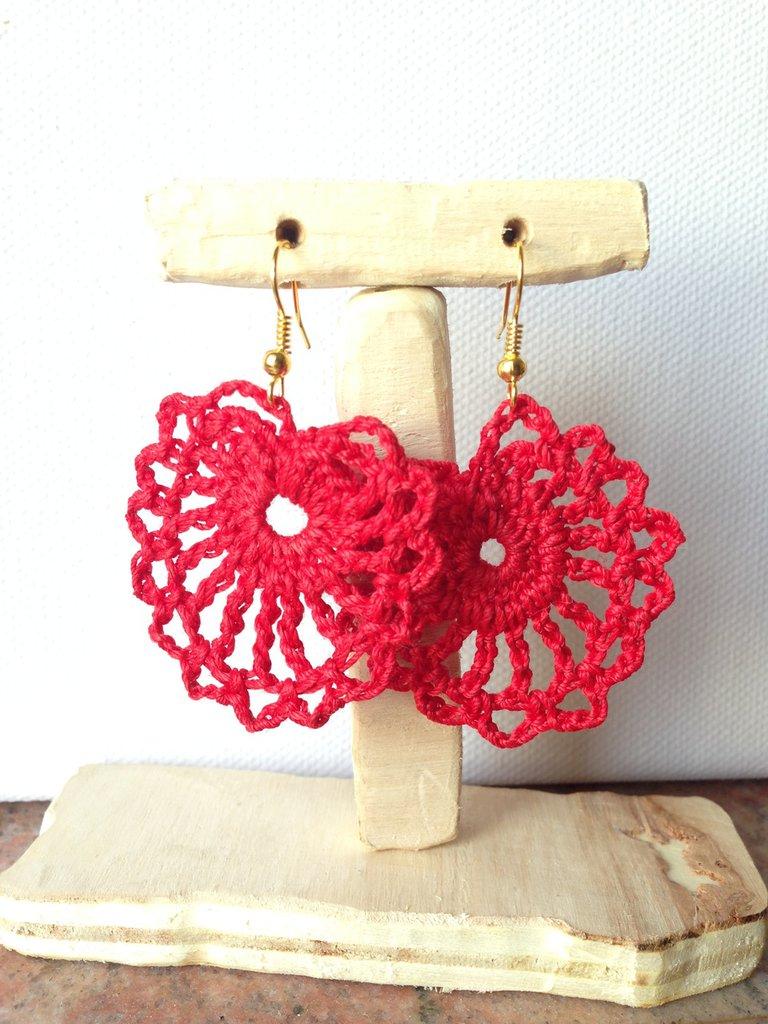 Orecchini pendenti in filo di cotone rosso fatti a mano