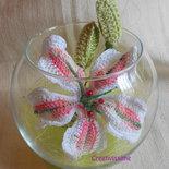 Lilium in Boccia di vetro all'uncinetto fatto a mano rosa e bianco