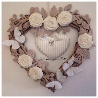 Cuore/fiocco nascita shabby chic in vimini con rose, tre farfalle e cuore a righe