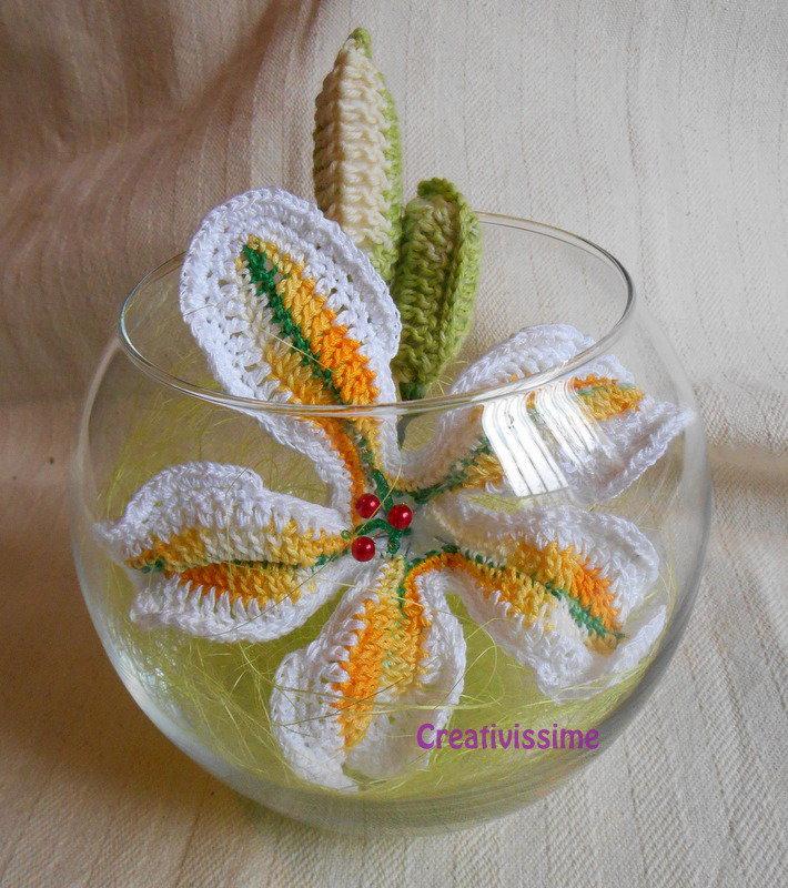 Lilium in Boccia di vetro all'uncinetto fatto a mano giallo e bianco