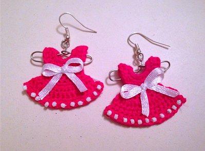 Orecchini moda mini vestitini fucsia su gruccia, uncinetto e perline fatti a mano