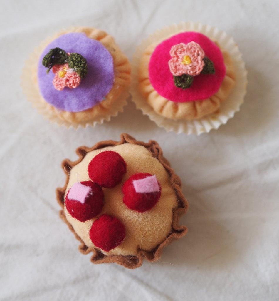 BEIGNETS francesi con glassa e fiori a crochet + Pasticcino di frolla con crema alla vaniglia e frutti rossi