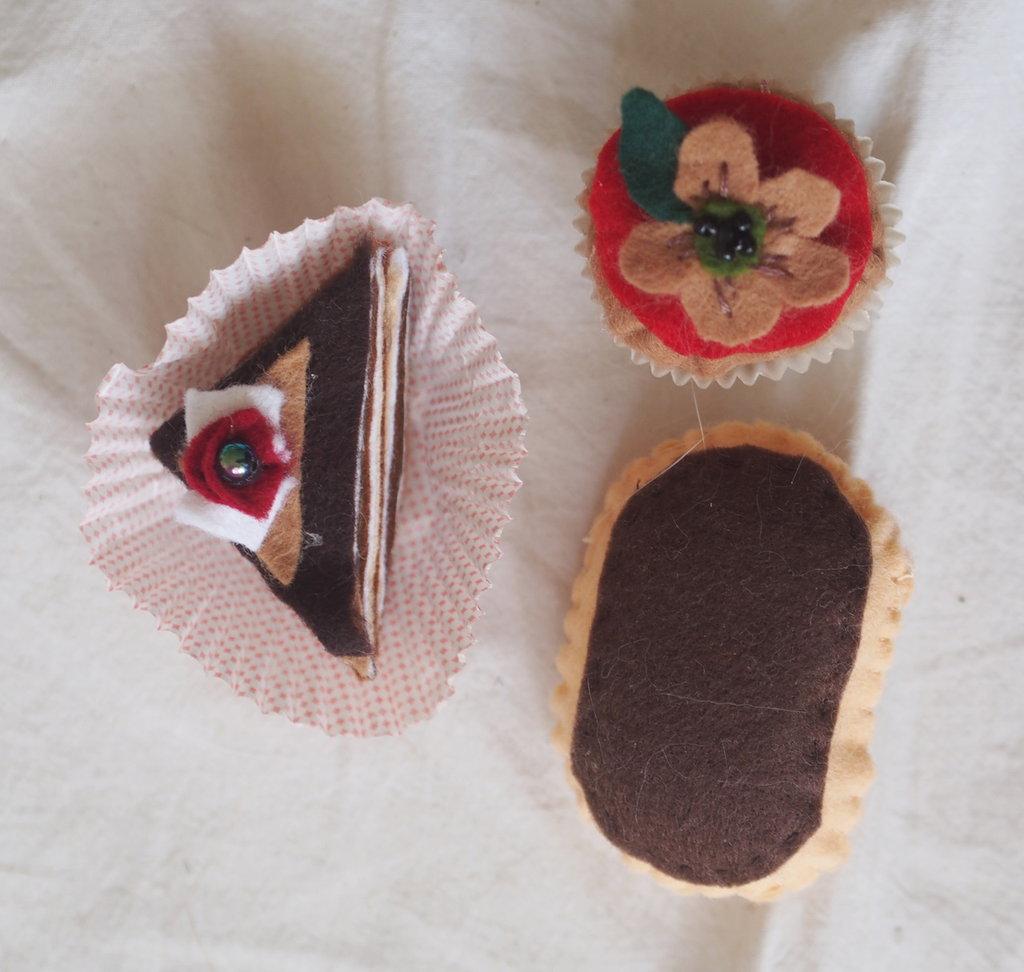 Set 3 pezzi di raffinata pasticceria italiana.Cremino ,mini eclair e beignet fiorito