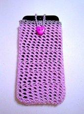 Portacellulare iphone rosa e grigio, fatto a mano all'uncinetto con bottone a cuore