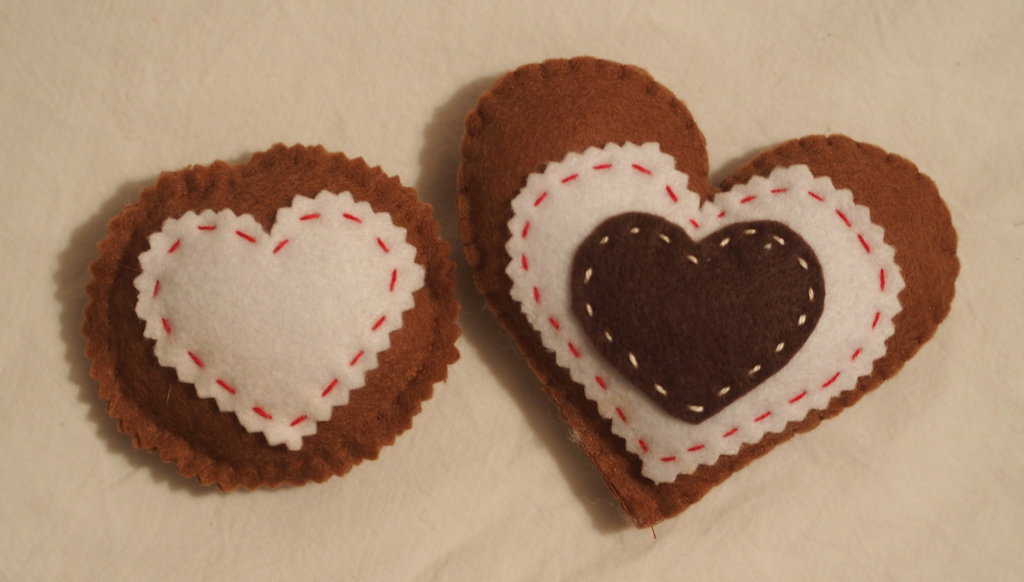 2 BISCOTTI : CUORI mania ! (Biscotto a forma di cuore con applicazioni ed impunture e biscotto rotondo con cuore)-feltro
