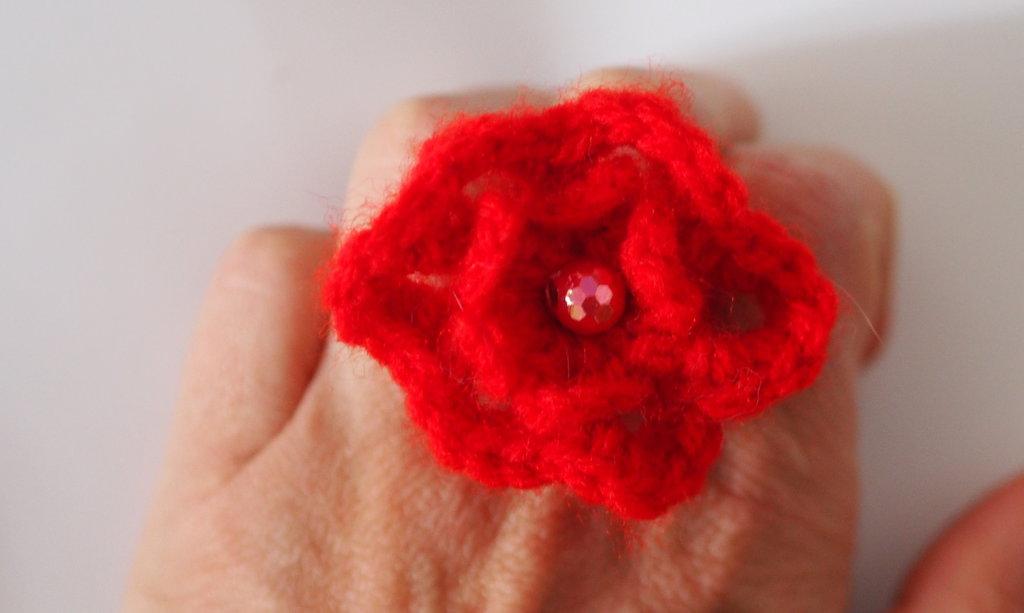 ANELLO con FIORI concentrici RED passion - crochet e perla