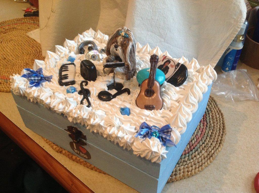 Scatole decorate con miniature cagnolini