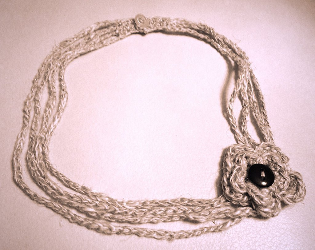 Collana girocollo misto lino all'uncinetto con fiore fatta a mano