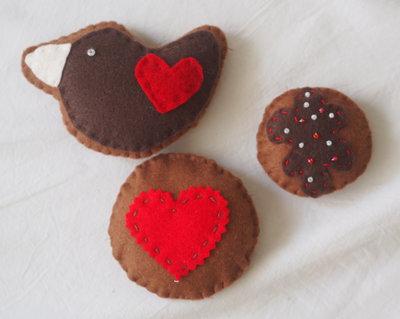 3 FROLLINI glassati.Feltro.Decorati con glassa e perline . (colomba- biscotto con cuore a zig zag- biscotto con glassa e perline)#set rosso