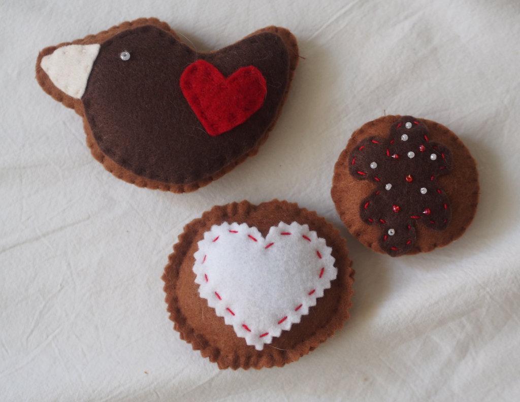3 FROLLINI glassati.Feltro.Decorati con glassa e perline . (colomba- biscotto con cuore a zig zag- biscotto con glassa e perline)set bianco