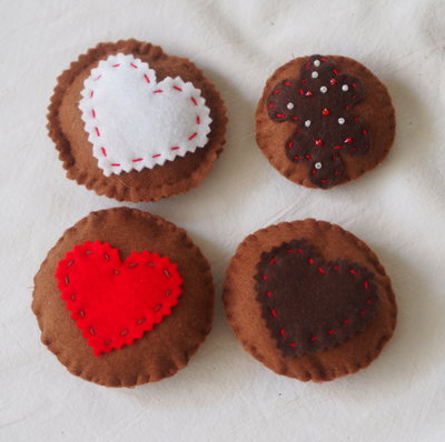 4 biscotti in feltro . ACCORDI IN ROSSO.Cuori e Perline.