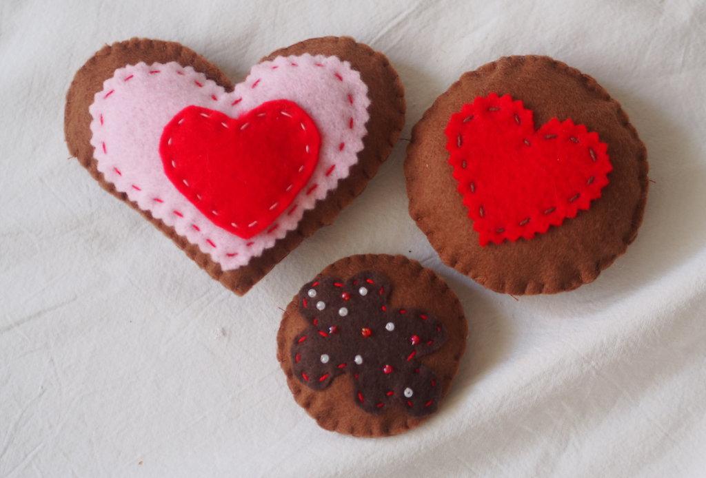3 biscotti in feltro. VOGLIA DI TENEREZZA (cuori ,impunture e perline)