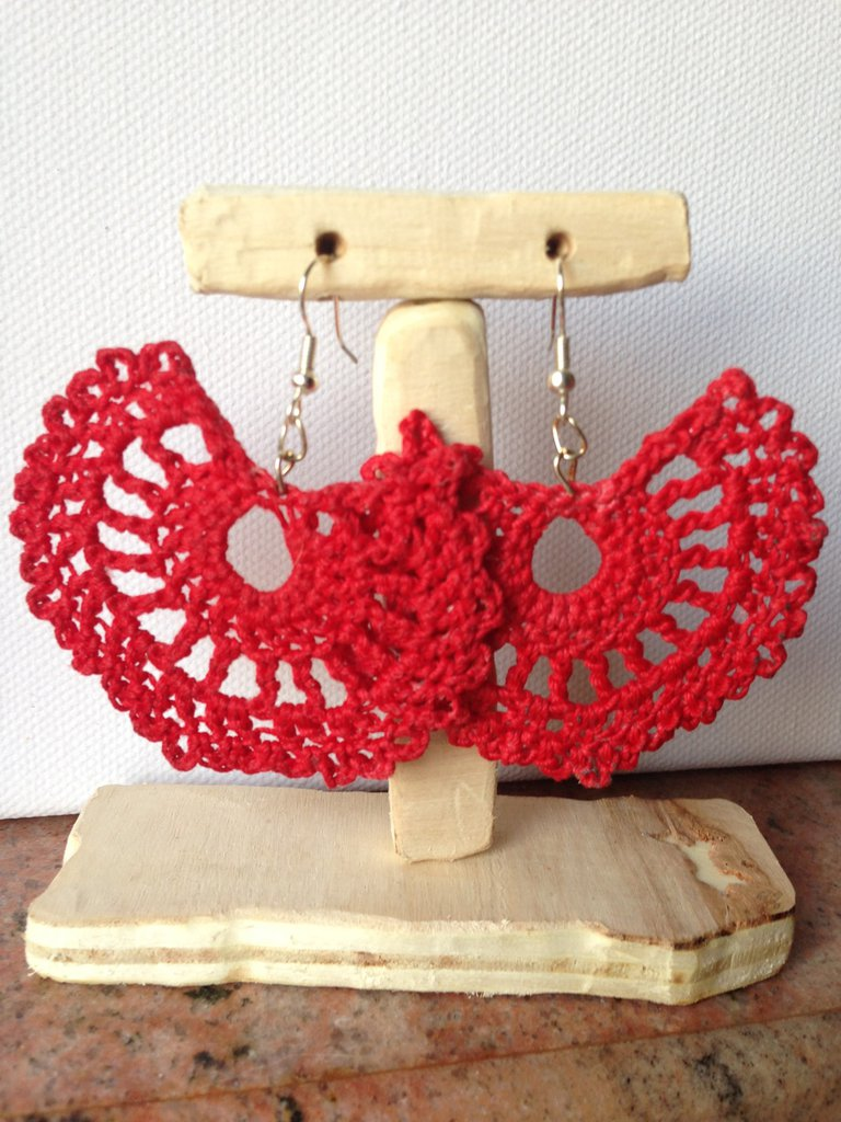 Orecchini pendenti in cotone rosso fatti ad uncinetto