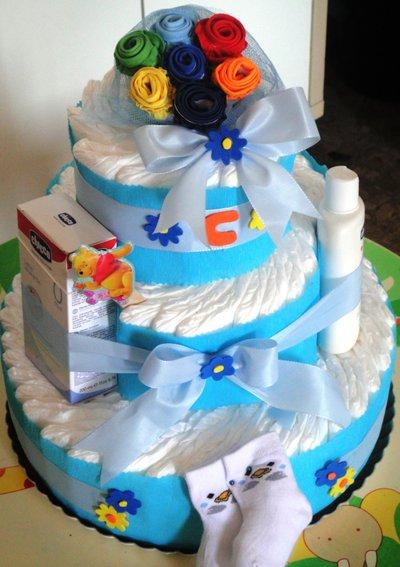 Torta di pannolini per maschietto azzurra. blu e gialla