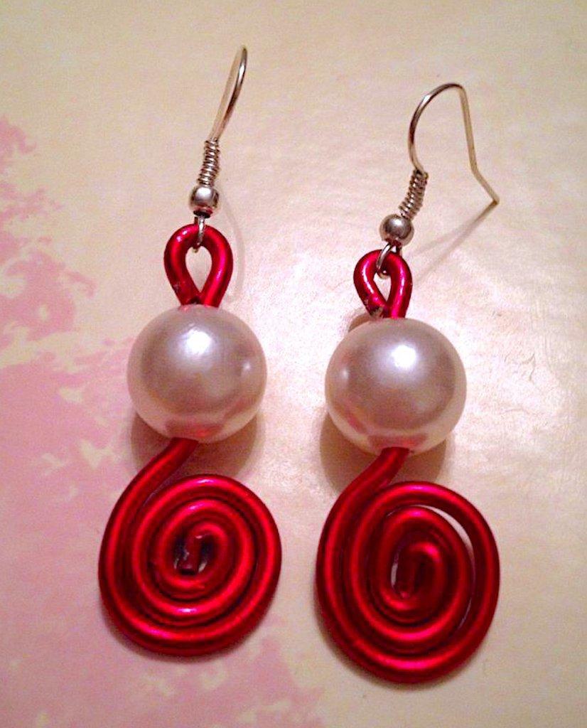 Orecchini fatti a mano con filo metallico rosso e perla