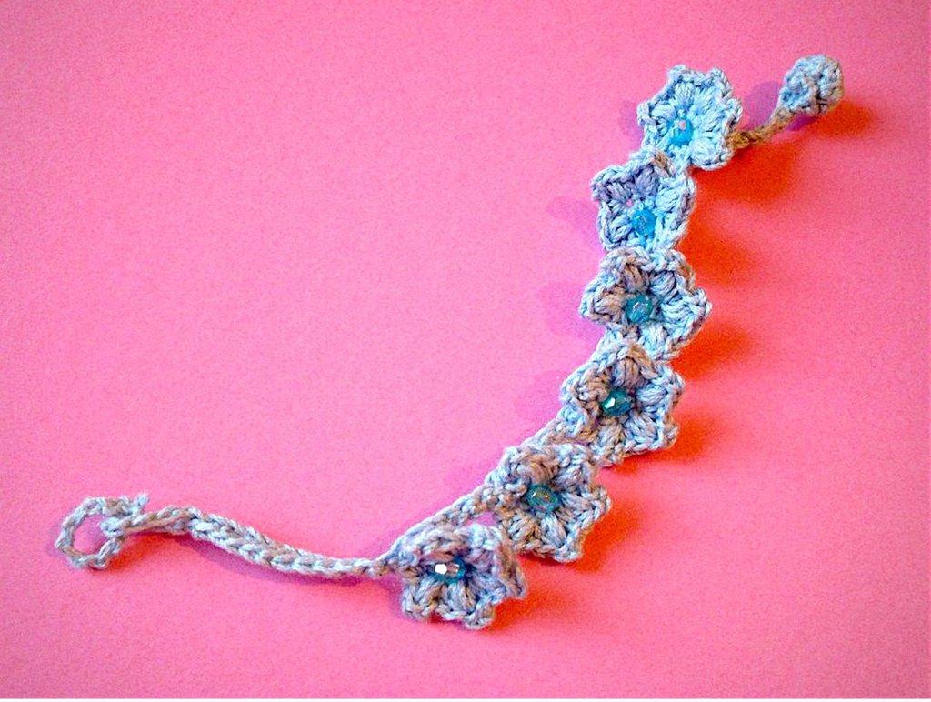Braccialetto con fiori azzurri fatto a mano all'uncinetto
