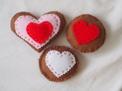 Ho voglia di delicatezza.Gruppo di 3 biscotti.Frollini glassati.Feltro.Cuori ed impunture a mano