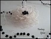 Collana con fiore e cristalli neri lavorata all'uncinetto.