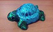 Tartaruga piccola dai colori particolari con guscio a macchie irregolari