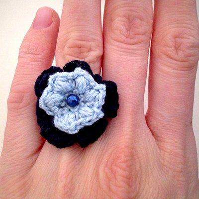 Anello con fiore doppio all'uncinetto, fatto a mano