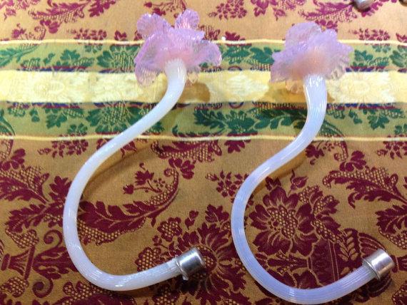 """Fiore basso """"tagliettato""""in vetro soffiato Opalino con corolla rosa,  ricambio per lampadari"""