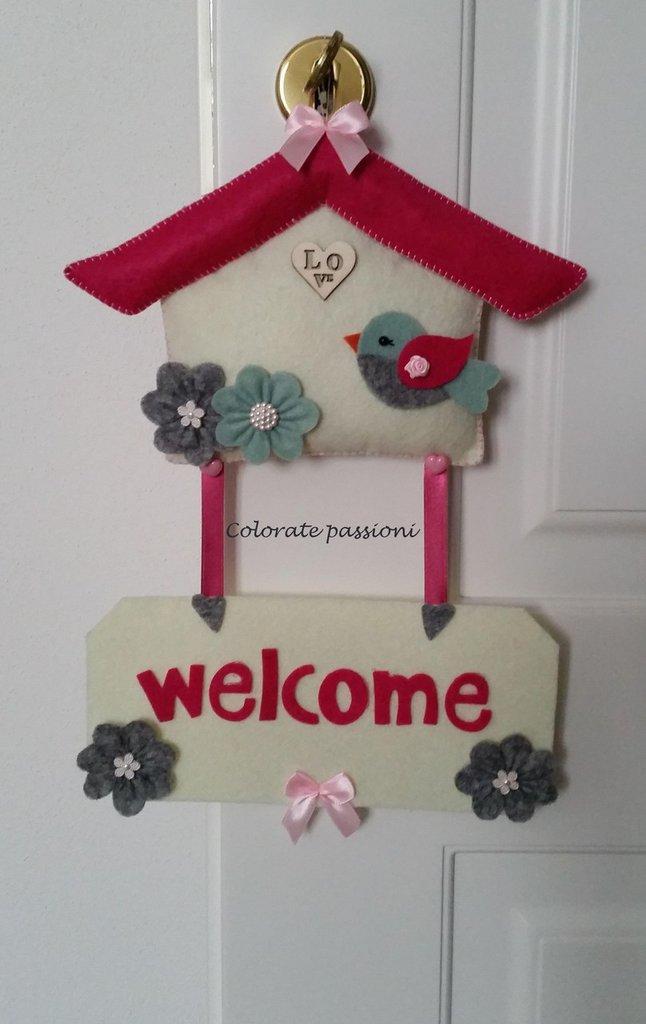 Casetta welcome in feltro per la casa e per te - Divano di fronte alla porta d ingresso ...