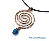 Collana in rame martellato doppia spirale celtica e perla blu