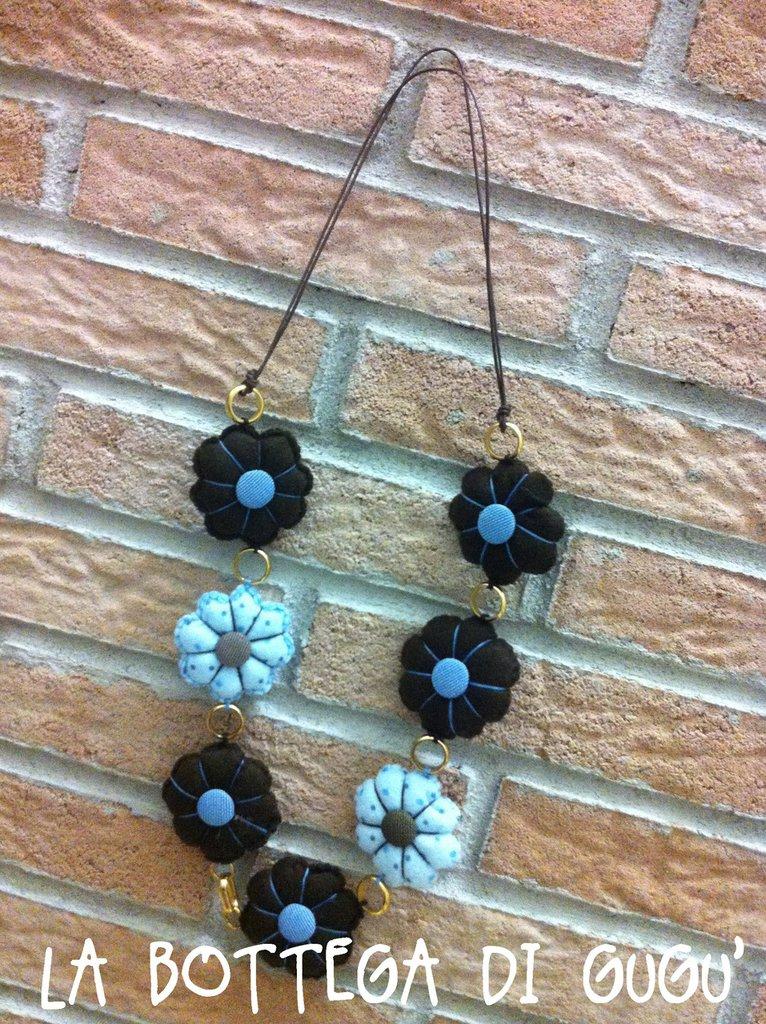 Collana handmade con fiori azzurri e marroni