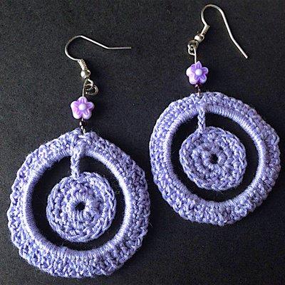 Orecchini pendenti tondi lilla, fatti a mano