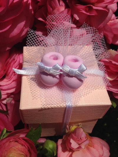 Scarpine in FIMO e nastrino bianco in raso, realizzate a mano, ideali per decorare le vostre bomboniere