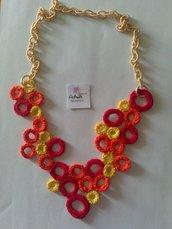 Collana con cerchietti ad uncinetto gialli, arancioni e rossi con catena rivestita in seta