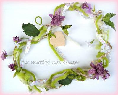 Ghirlanda shabby a forma di cuore con fiori foglie e cuoricino di legno da appendere