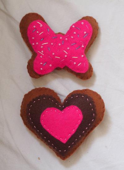 FARFALLA e CUORE.Perfetto abbinamento.Romantici accordi in rosa (set 2 biscotti in feltro )