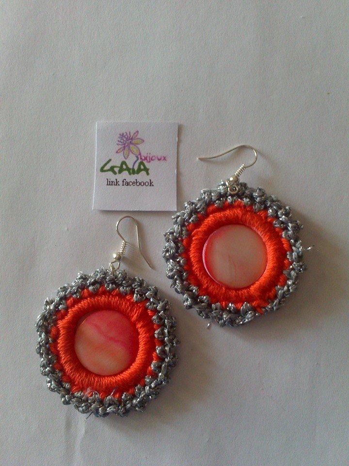 Orecchini in lurex, cotone e madreperla argento e arancioni
