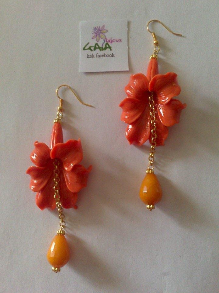 Orecchini pendenti con giglio in resina e goccina in agata arancione