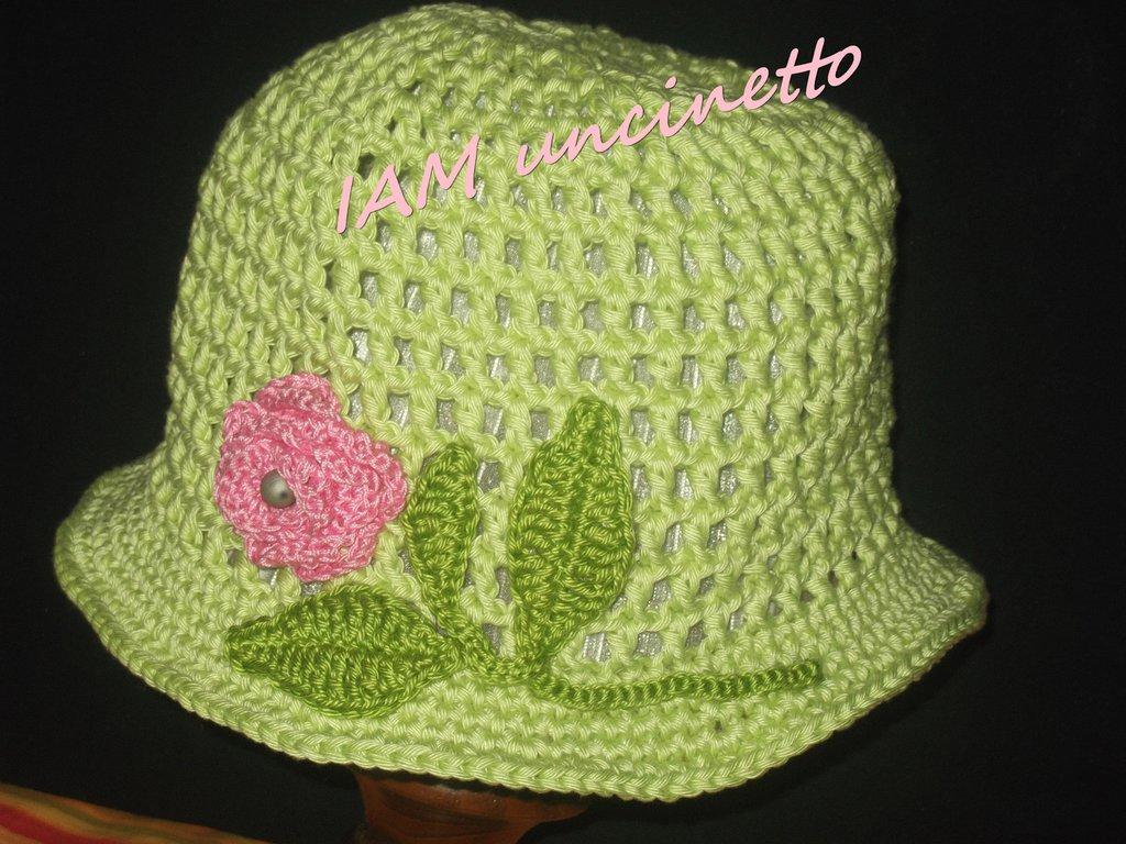 Cappello bimba all'uncinetto in cotone verde chiaro con rosa