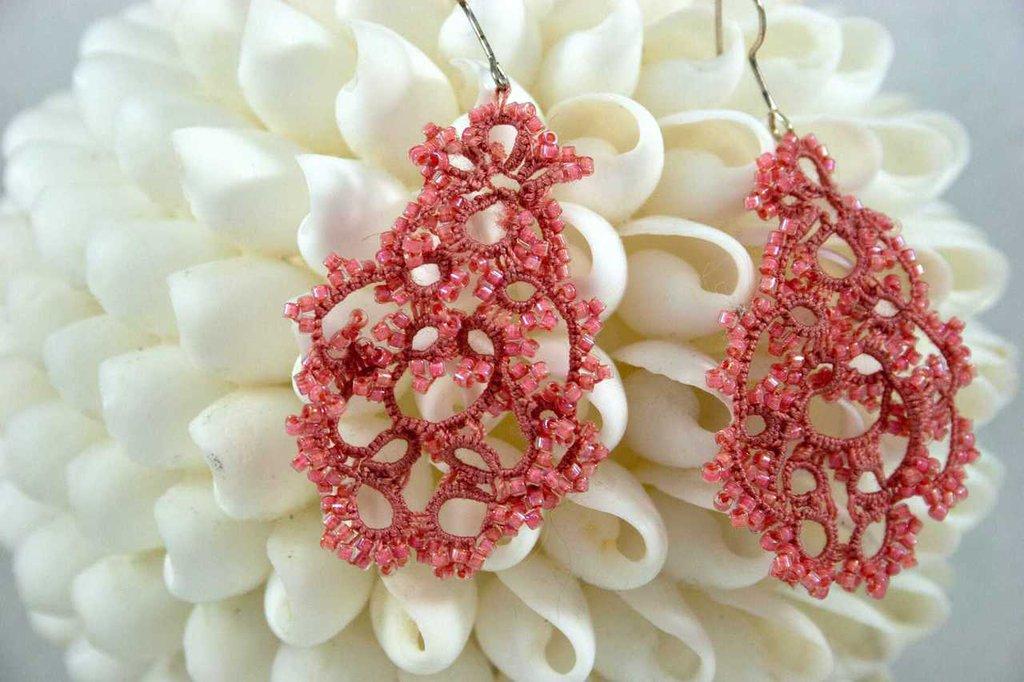 Orecchini  chiacchierino filo in cotone rosa antico con perline