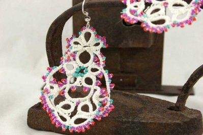 Orecchini  chiacchierino bianco con perline colorate