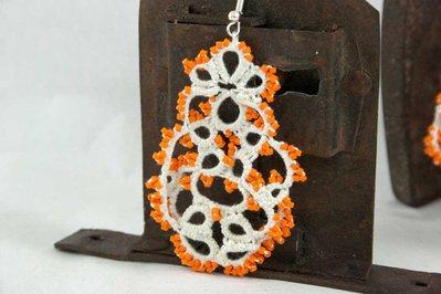 Orecchini  chiacchierino bianco con perline arancio