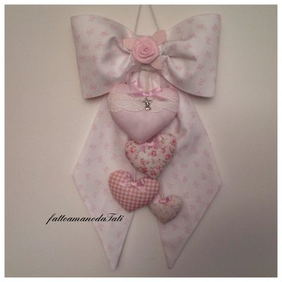 Fiocco nascita in piquet di cotone bianco a fiocchi rosa con cuori imbottiti